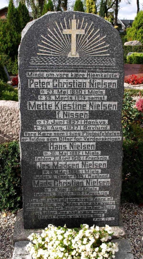 Gravsten, Rise Kirkegård, med forældrene og de tre faldne sønner Hans, Jes og Mads Christian Nielsen