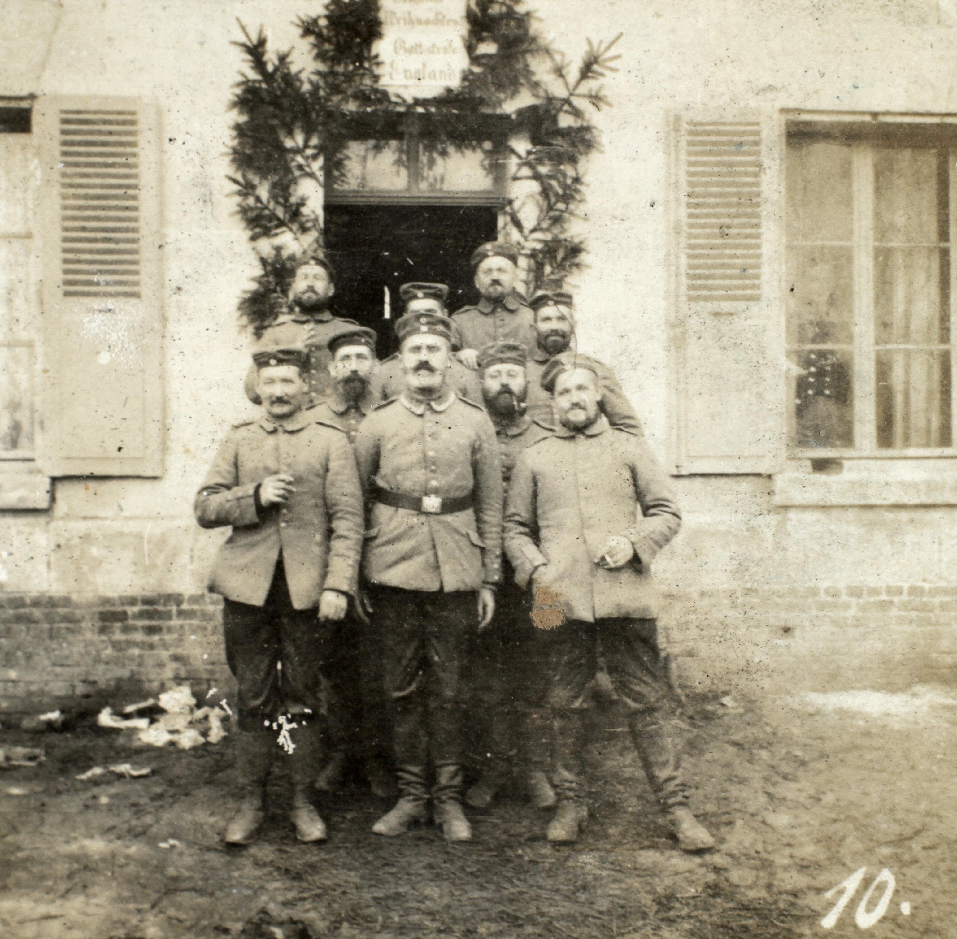 24. december 1914.  Juletræet fældes med sabel