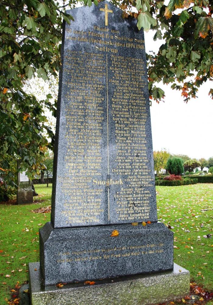 """Mindesten, Vester Sottrup Kirkegård. Jacob Mays navn står til højre for stednavnet """"Snogbæk"""""""