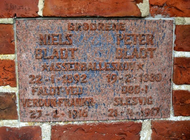 Mindesten, Asserballe Kirkegård, over brødrene Niels og Peter Bladt