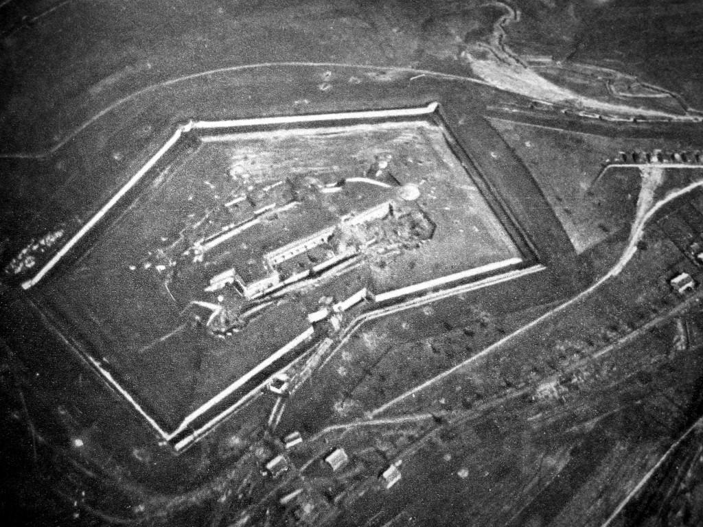 Luftfoto af det vigtige franske forsvarsanlæg, fort Douaumont, som den 25. februar faldt i tyske hænder. Billedet er taget inden kampene ved Verdun for alvor tog til i styrke. Fra Wikimedia Commons.