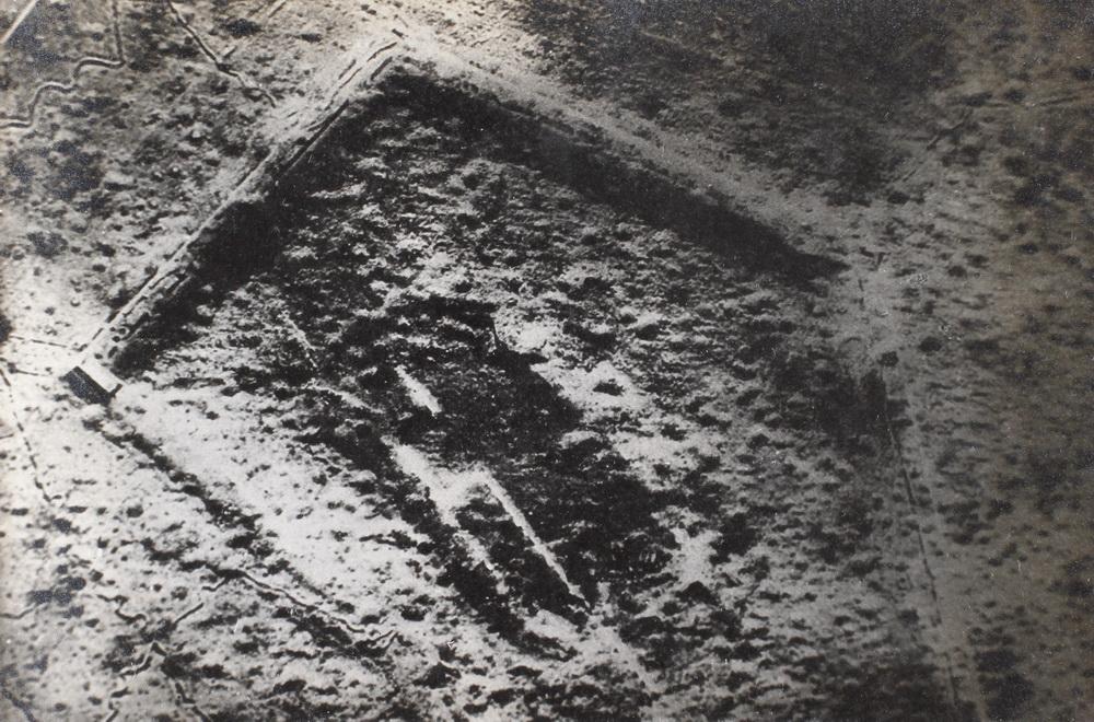 Luftfoto af det granat-arrede Fort Douaumont ved Verdun (Museum Sønderjylland - Sønderborg Slot)