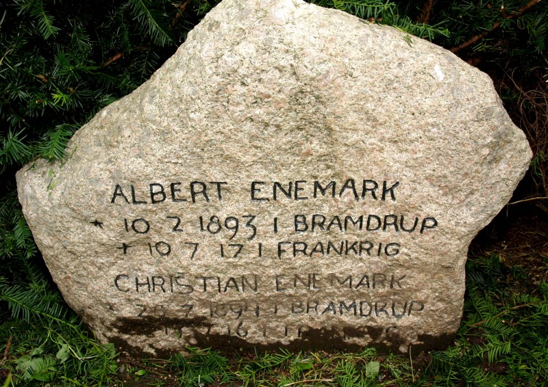 Mindesten, Damager Kirkegård, Haderslev, over brødrene Albert og Christian Enemark
