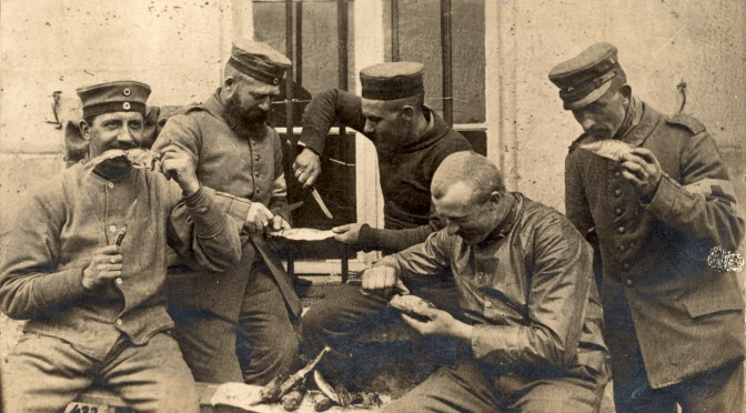 18. juni 1916. Armeringssoldat med snaps og øl til morgenmad