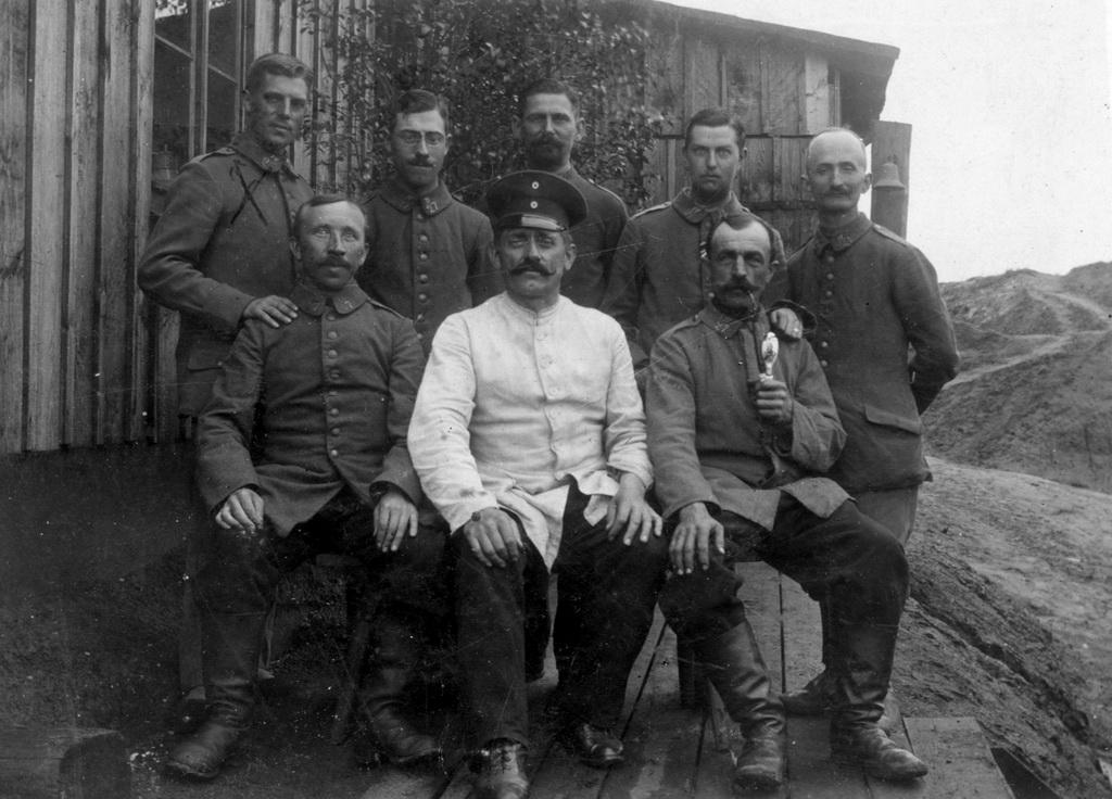 Thyge Thygesen (øverst til venstre) som krigsfangevogter på brunkulsværket i Lauchhammer, 1917 (I privateje)