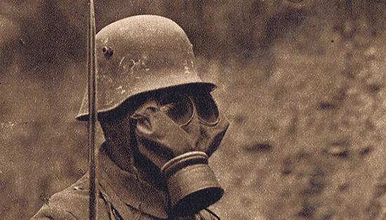 """2. august 1917. Gas: """"I lange Rækker laa Kammeraterne paa Jorden, vridende sig i de forfærdeligste Smerter, staalblaa i Ansigtet og med en blodblandet Fraade staaende ud af Munden"""""""