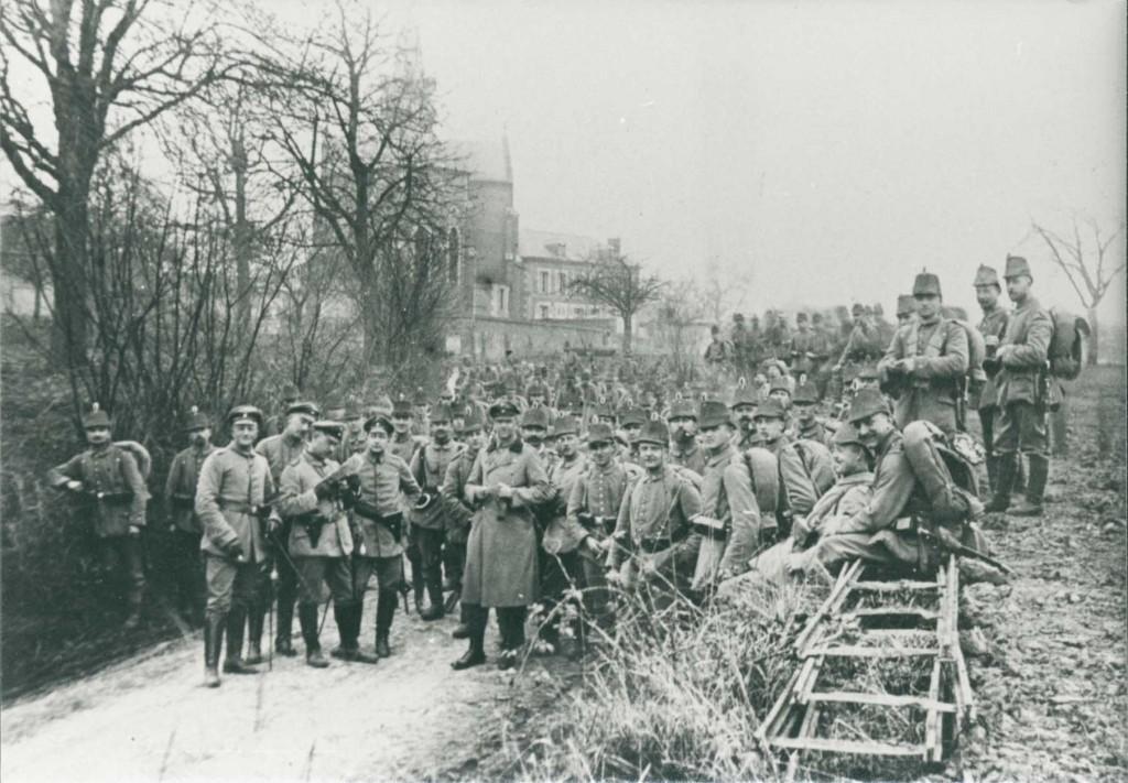 9. jægerbataillons 3. kompagni på march fra Noyon til Dives omkring 1. april 1915. Adskillige sønderjyder gjorde tjeneste her ved jægerne fra Ratzeburg, bl.a. Peter Kræmer. Udover Ravnsgaard fra Christiansfeld, som har sendt dette kort hjem, nævner foruden Kræmer H. Kock, Mølby og H. Moos, Nybøl.