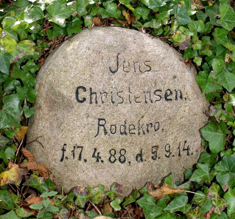Mindesten, Rise Kirkegård