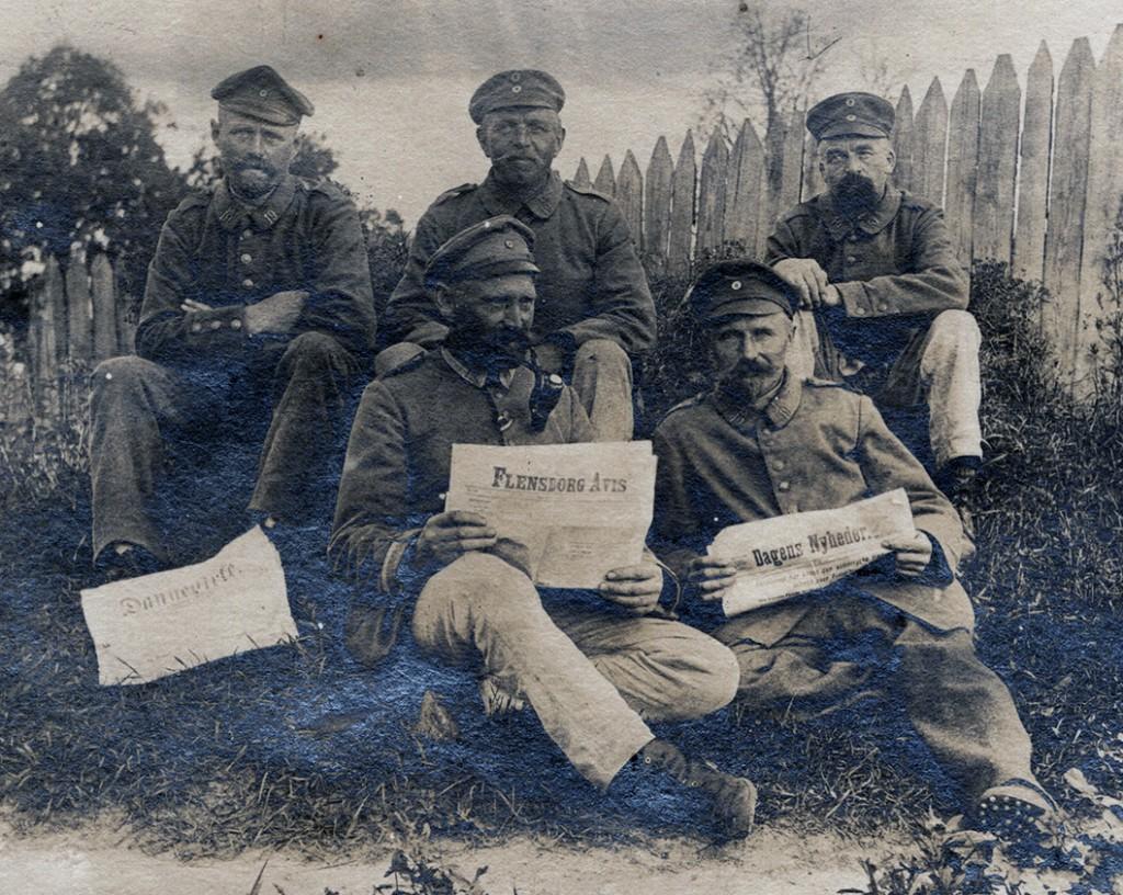 Soldater med danske aviser