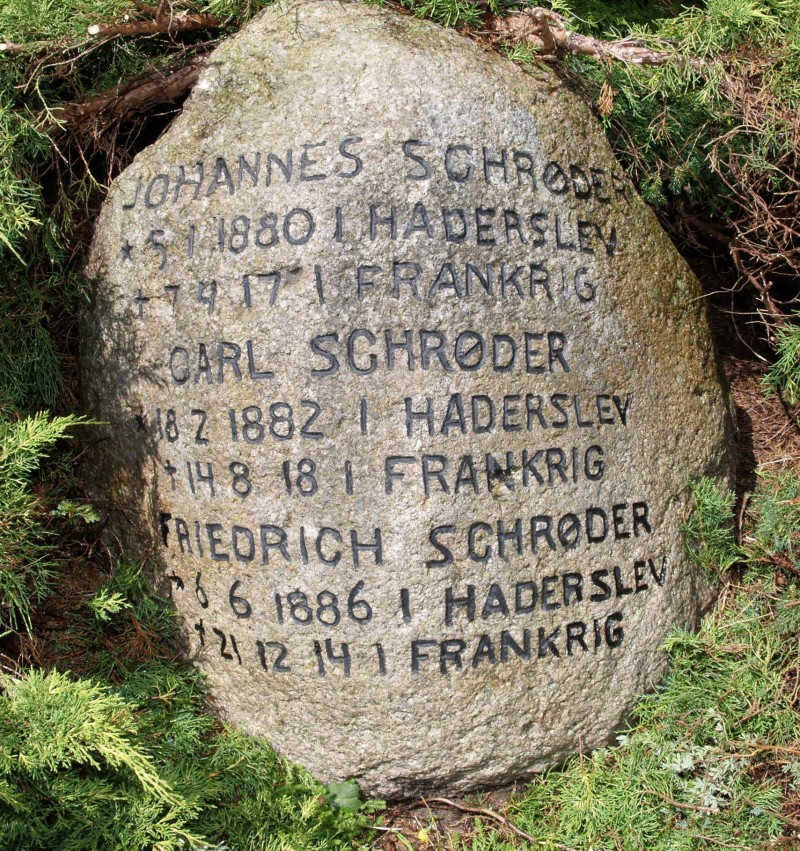 Mindesten, Damager Kirkegård, Haderslev, med brødrene Johannes og Karl Georg Schröder og deres nevø, Friedrich Schröder