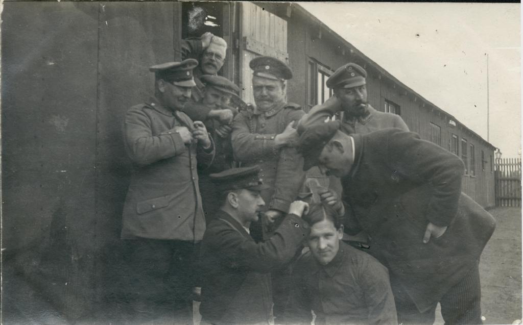 """20. december 1914. """"Så sad man der på række og pillede lus."""""""