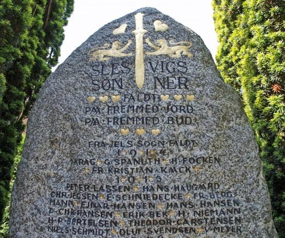 """Detalje fra mindesten, Jels Kirkegård, med Peter Christian Hansens navn som """"P. Chr. Hansen"""""""