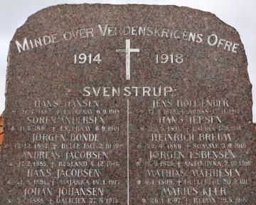 Detalje af mindesten, Svenstrup Kirkegård med Jens Hollænder øverst til højre