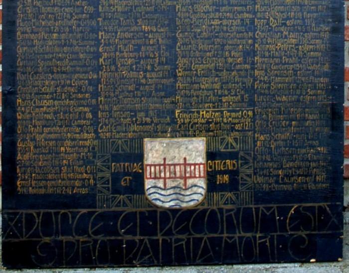 Mindetavle, Haderslev Katedralskole over faldne, tidligere elever. Friedrich Hotzens navn står tydeligt lige over Haderslevs byvåben