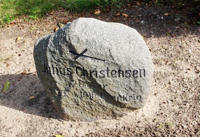 Mindesten, Hellevad Kirkegård