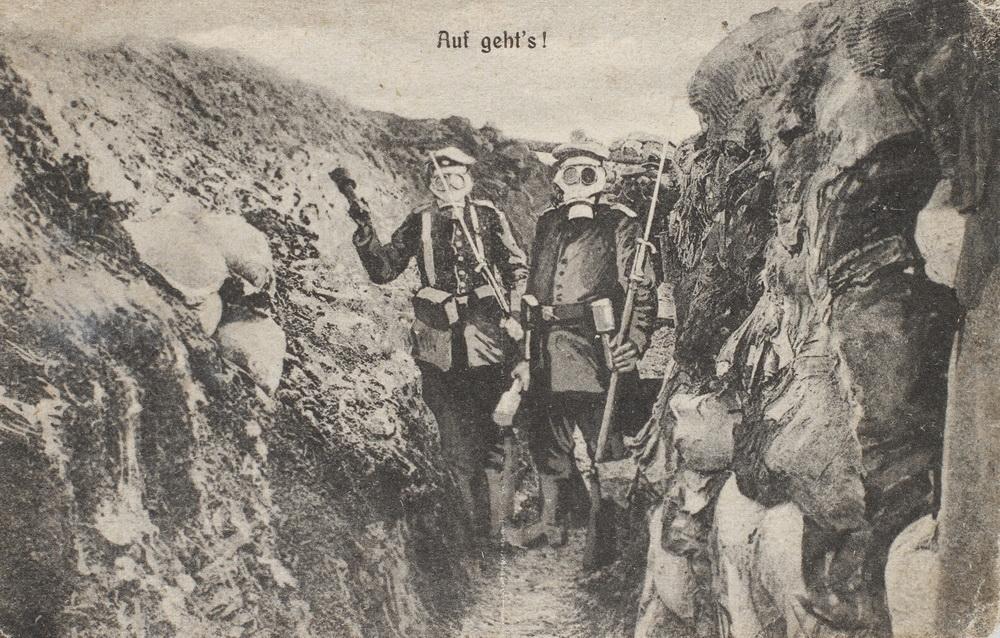 To tyske soldater i skyttegrav med gasmasker, håndgranater og rifler med opplantet bajonet (Lokalhistorisk Arkiv i Rødekro)