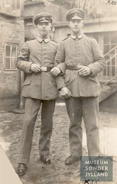 Fotopostkort med motiv af to soldaterkammerater. Soldaten til venstre er Hans Hinrichsen (1896-1916) Sønderborg