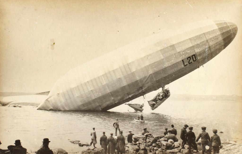 Det strandede luftskib L20 ved den norske kyst nær Stavanger den 3. maj 1916. (Tønder Zeppelin- og Garnisonsmuseum)