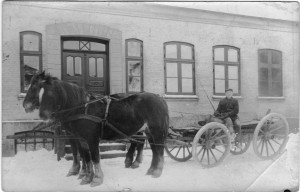 Frederik Sigismund Beyer på hestevogn foran Clausens gård i Barsmark, Løjt sogn, hvor han arbejdede, da han blev indkaldt til tysk krigsdeltagelse. Original i privateje.