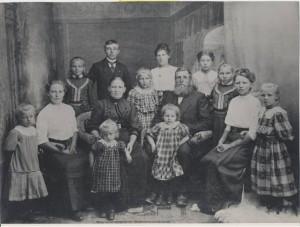 Familien Beyer i Løjt. Forældre med sønnen Frederik og 11 døtre. Ca. oktober 1914. Original i privateje.