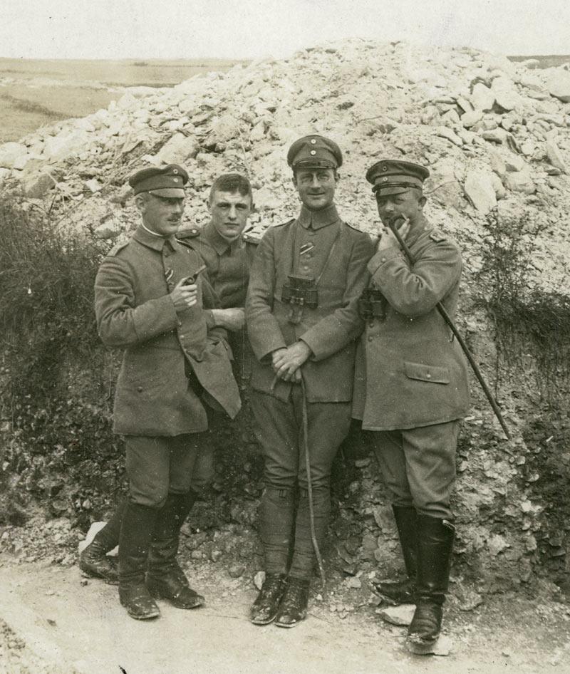 Tyske officerer fra Infanterie-Regiment Nr. 63 i skyttegrav ved Somme, foråret 1916. Yderst til venstre ses Løjtnant Johannes Ankersen, Flensborg (Arkivet ved Dansk Centralbibliotek)