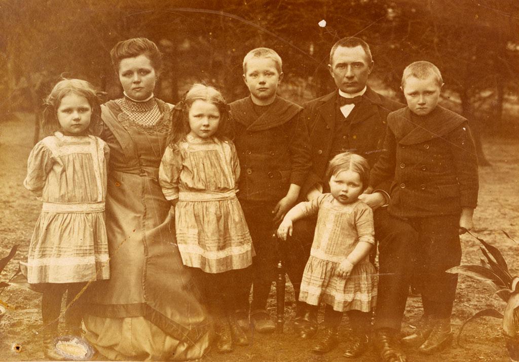 Lorens Jepsen, Valsbøl, med sin hustru Anne og deres store børneflok (Arkivet ved Dansk Centralbibliotek)