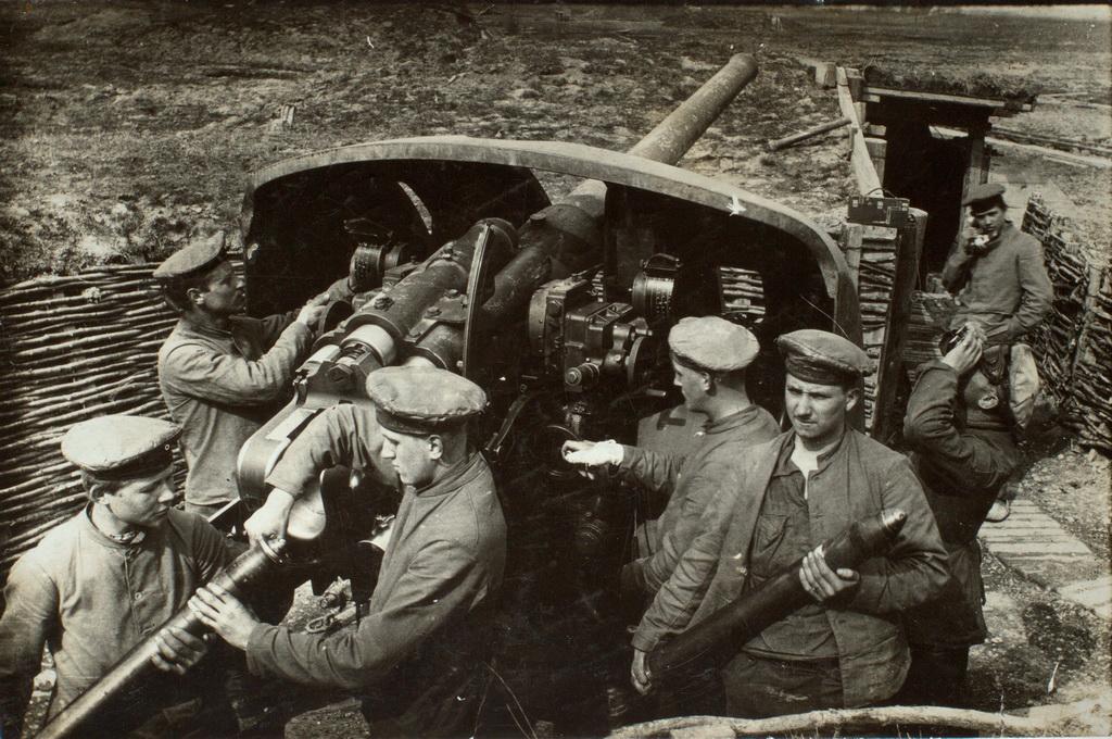 Tyske marineartillerister ved en luftværnskanon i Flandern (Privateje)