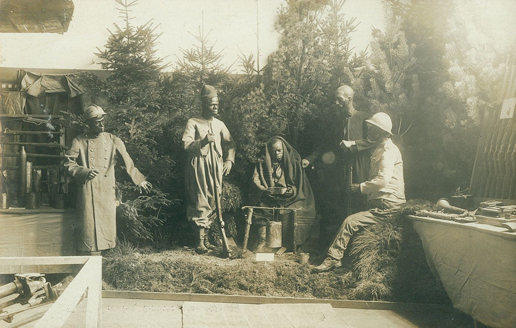Franske kolonialtropper omkring et lejerbål, Krigsudstillingen Flensborg 1916 (Arkivet ved Dansk Centralbibliotek for Sydslesvig)