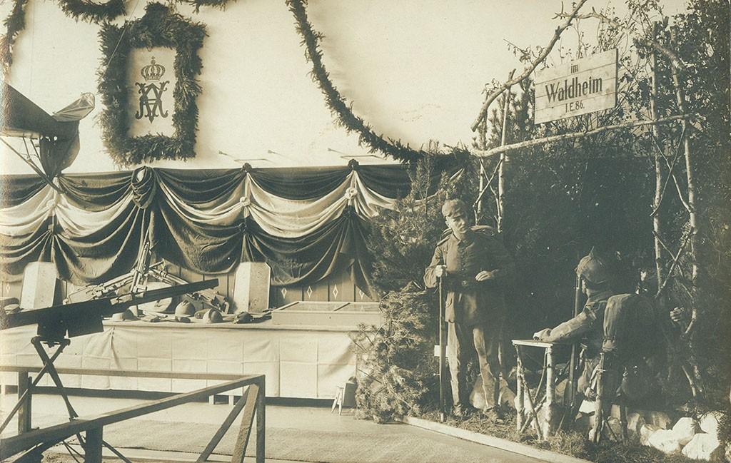 Genstande erobret af Füsilier-Regiment Nr. 86 (tv.) og tableau med tyske soldater (th), Krigsudstillingen Flensborg 1916 (Arkivet ved Dansk Centralbibliotek for Sydslesvig)