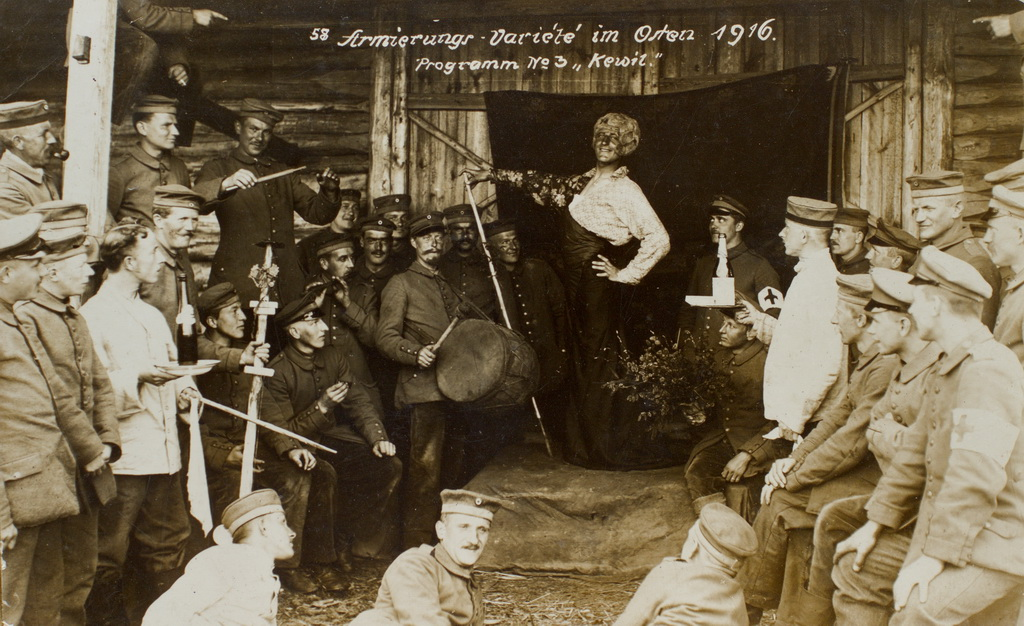 Soldatervarieté på østfronten, 1916. I midten ses forestillingens diva, der ifølge en påskrift hed Anton. At mænd optrådte som kvinder i soldaterteatrene var ikke unormalt. Kvinder var der ikke mange af i de frontnære områder, og sjældent nogen der kunne tysk (Museet på Sønderborg Slot)