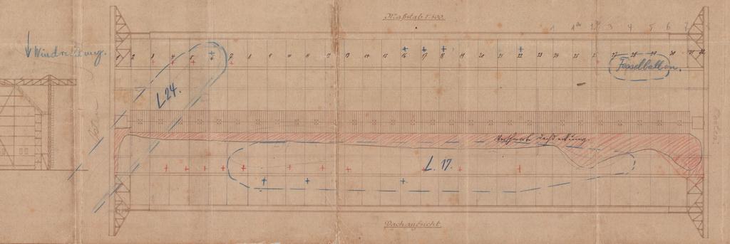 Udsnit af plantegning over Toskahallen med indtegning af de udbrændte luftskibe L24 og L17 med blåt, og med rødt det område som var blevet sodsværtet af ilden (Zeppelin- og Garnisonsmuseet Tønder)