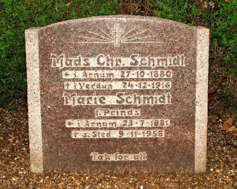 Mindesten på familiegravsted, Højrup Kirkegård