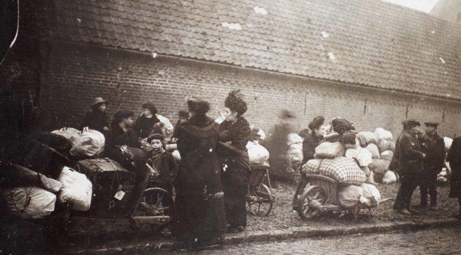 11. oktober 1918. Kvinder og børn på vild flugt over en bro