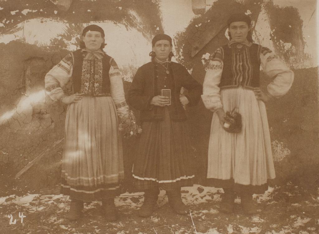"""Tre """"Panja Weiber"""", dvs. bondekoner, formodentlig fra Galizien, hvor Thomas Thomsen befandt sig, da han i begyndelsen af marts sendte billedet til sin mor (Kåre Pedersens Samling)"""
