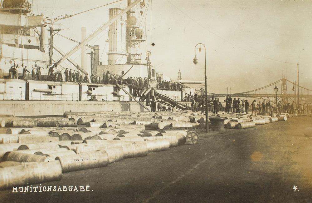 Tysk krigsskib lodser sin ammuntion inden afsejlingen til interning i Scapa Flow. De tyske krigsskibe afleverede ikke alene al deres ammuntion, men besætningerne reduceredes også til det allermest nødvendige (Museum Sønderjylland - Museet på Sønderborg Slot)