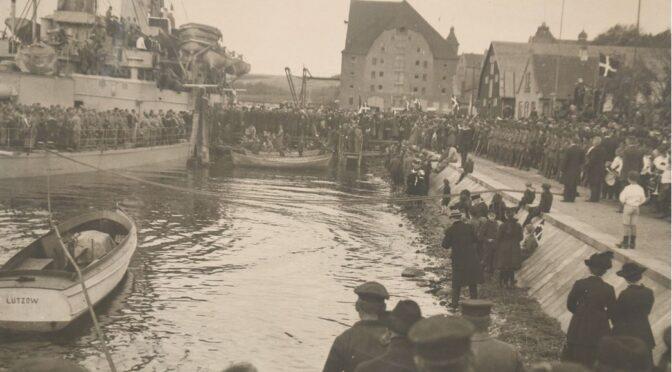 16. maj 1920. Der danses og dannes par mellem sønderjyske piger og danske soldater