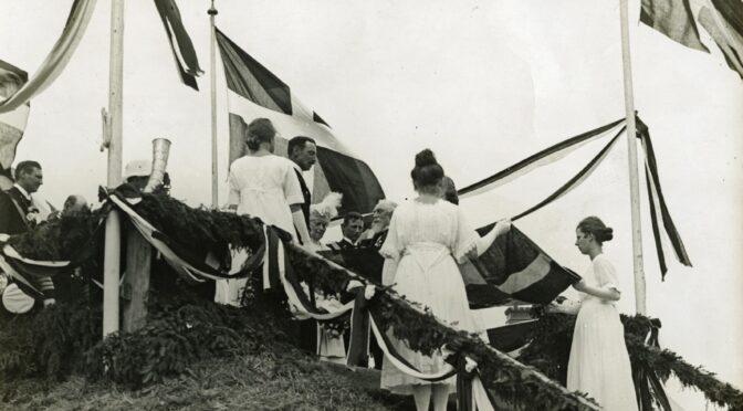 """11. juli 1920. Kongen på Dybbøl: """"Sønderjyder, tag ved mig vort Haandslag som Tak for Trofastheden."""""""