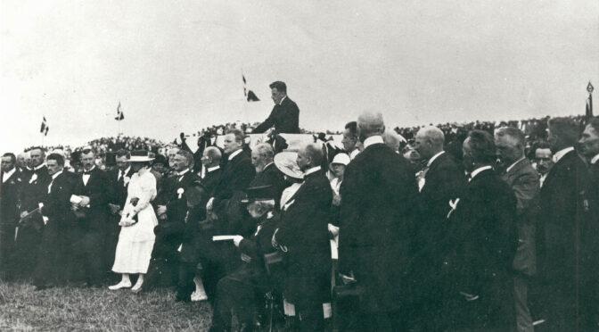 """11. juli 1920. Grev Schack taler: """"Vi skal være dig gode og trofaste Sønner og Døtre, Danmark, det lover vi dig i Dag"""""""