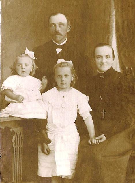 Anne og Mads Jensen Due med en datter og en niece, som var plejebarn i familien. Privatejet foto